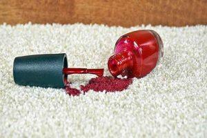 Comment enlever du vernis à ongle sur un tapis